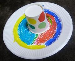 紙皿と紙コップとビー玉でコマ回し